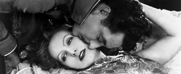 Leo (John Gilbert) kisses Felicitas (Greta Garbo) in Flesh and the Devil (1926)